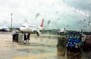 Havalimanında Kargo Araçları Çarpıştı