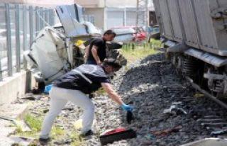 Hemzemin Geçitte Tren Otomobile Çarptı: 1 Ölü,...