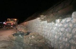 Yola düşen dev kaya ulaşımı aksattı