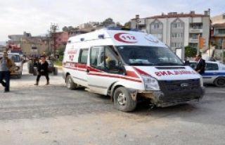 Kavşakta İki Ambulans Çarpıştı
