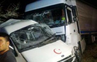 Kırıkkale'de Minibüse Tır Çarptı: 2 Ölü, 1...