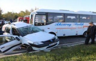 Midibüs ile hafif ticari araç çarpıştı