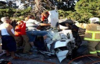 Otomobil Ağaca Çarptı: 1 Ölü, 2 Yaralı