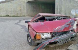 Otomobil Alt Geçit Duvarına Çarptı!