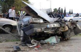 Otomobil, Kamyonete Çarptı: 5 Yaralı