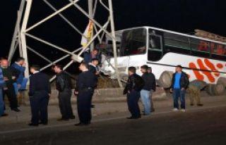 İşçilerini Taşıyan Otobüs Kaza Yaptı