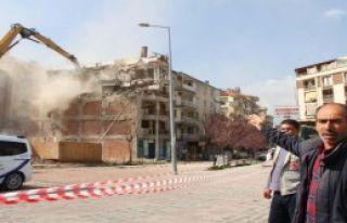 Yan Yatan 5 Katlı Bina Sonunda Yıkılabildi
