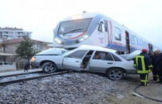 Yolcu Treni Otomobile Çarptı