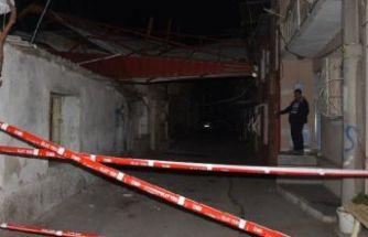 İzmir'de fırtına, 5 katlı binanın çatısını uçurdu