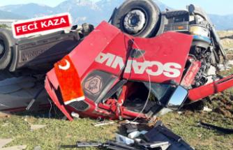 TIR yolcu minibüsüne çarptı: 3 yaralı