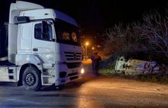 İzmir'de kamyonun çarptığı otomobil devrildi!