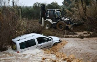 Manisa'da hafif ticari araç, debisi yükselen derede sürüklendi