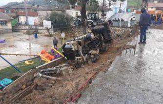 Tire'de okulun istinat duvarı çöktü!