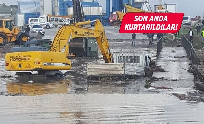 İzmir'de taşkın sularına kapılan araçtaki 3 kişiyi itfaiye kurtardı