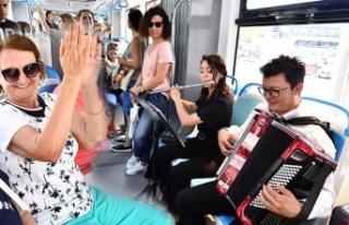 İzmir tramvayında müzik keyfi!