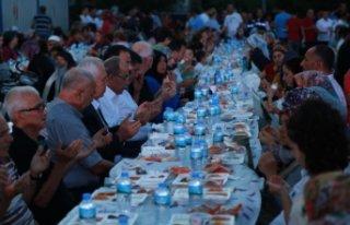 Karabağlar'da mahallelere iftar sofraları geliyor