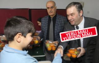 Bucalı çocuklara meyve dağıtıldı