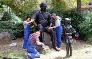 Konak'taki heykellere bakım
