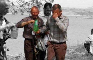 Yıkıldılar... Oğlunun eşyalarını gözyaşları...