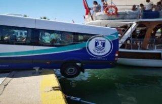 Şaşırtan olay: Yolcu minibüsü, tur teknesine...