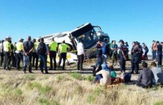 Yolcu otobüsü devrildi: Çok sayıda...