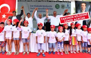 Başkan Soyer'den süt üreticileri ile çocukları...