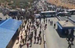 Flaş iddia! Suriyeliler Türkiye sınırına yürüdü