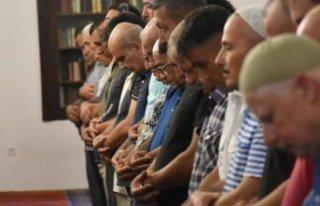 İzmirliler bayram namazı için camileri doldurdu