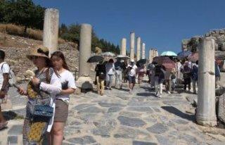 Sıcaklar yıldırmadı! Efes Antik Kenti'ni...