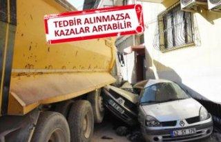Hafriyat kamyonu tehlikesi, mahalleliyi korkuttu