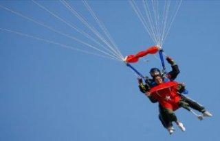 Protez bacakla 4 bin metreden paraşütle atladı