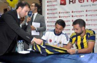 Fenerbahçeli Futbolcular İmza Dağıttılar