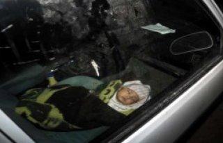 Bebek Otomobilde Tek Başına