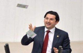 Genel Kurul Kürsüsünden Euroları Havaya Saçtı