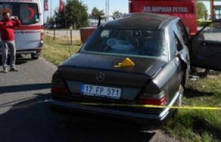 Otomobil, Tabelaya Çarptı: 1 Ölü, 1 Yaralı