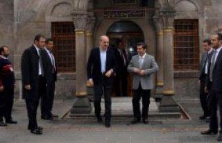 Kurtulmuş, Kayseri'de Türbede Dua Etti