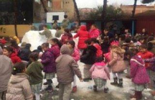 Kar Yağmayınca Okulun Bahçesine Kamyonlarla Kar...