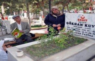 Elazığ'da Şehitliklere Ziyaretçi Akını