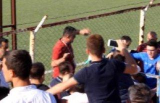 Futbolcular Tribündeki Kavgaya Müdahale Etmek İstedi,...