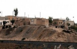 IŞİD Türkiye Sınırındaki Köye 3 Bayrak Dikti