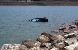 Kontrolden Çıkan Otomobil Gölete Uçtu