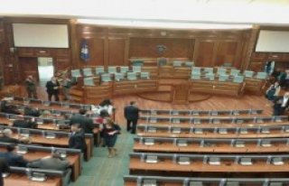 Kosova Meclisin'de Protesto
