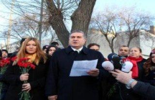 MHP'liler Polise Karanfil Dağıttı