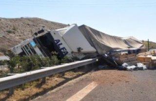 Nizip'te TIR Devrildi: 2 Yaralı