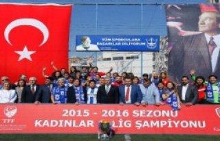 Ojeli Ayaklar Santrada İzmir Futbolu Avrupa'da
