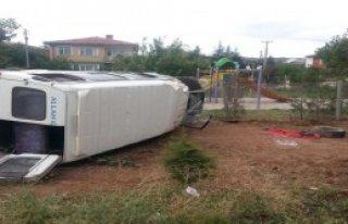 Ön Tekeri Çıkan Minibüs Şarampole Yuvarlandı