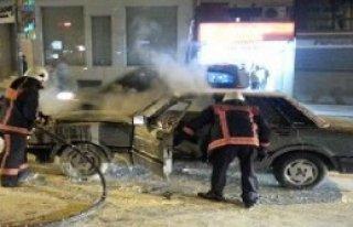 Otomobil Cadde Ortasında Yandı