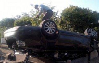 Otomobil Mezarlığa Devrildi: 1'i Ağır 5 Yaralı