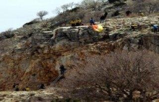 Paraşütüyle Kayalığa Asılı Kaldı