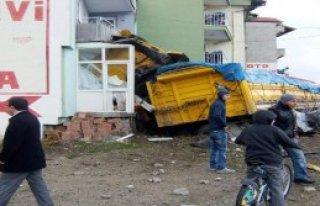 TIR Binaya Çarptı, Sürücüsü Yaralandı